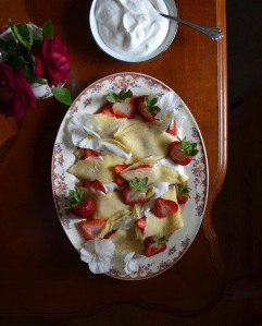 How to make crepes with strawberries and cream
